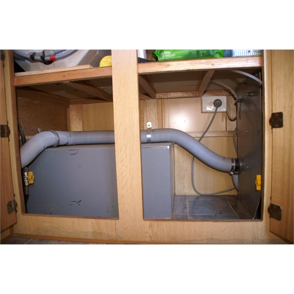 New space under sink between wheel arch and stove