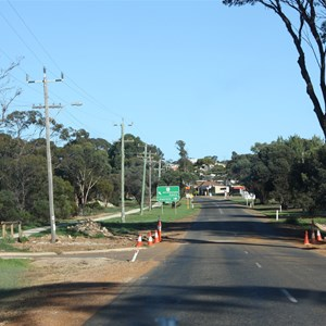 Hopetoun Road entering Ravensthorpe